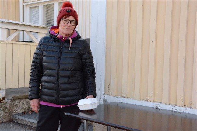Tarja Virta är den som dukar fram matlådorna för lågstadieeleverna i Kaskö utanför Mariehemmets köksingång.