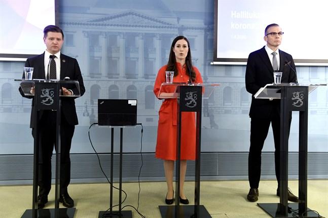 Statssekreterare Mikko Koskinen, statsminister Sanna Marin och säkerhetschef Ahti Kurvinen.