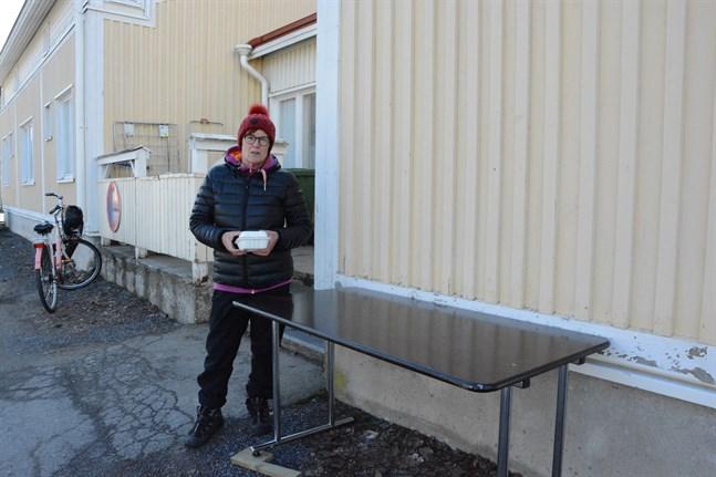 Tarja Virta började dela ut skollunch till barnen i Kaskö i förra veckan. Nu utvidgas den här rätten till barn i förskolan och elever i högstadiet.