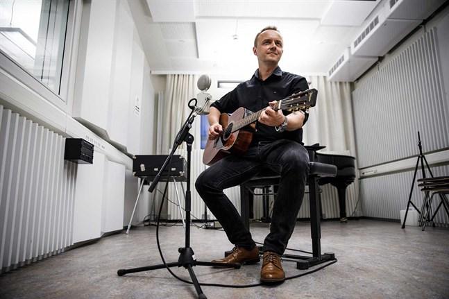 Dennis Rönngård, från Jakobstad, ska leda allsång i en studio i Vasa och är förberedd på att sjunga på Närpesdialekt.
