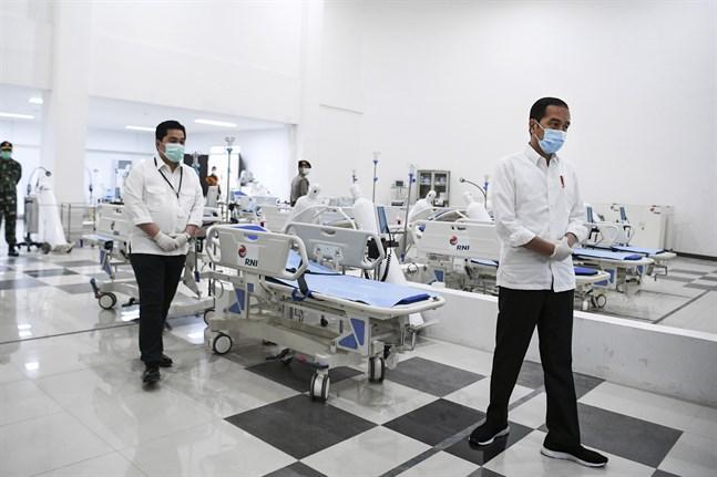 Indonesiens president Joko Widodo, till höger i bild, vid ett besök på ett annat sjukhus förra veckan. Arkivbild.