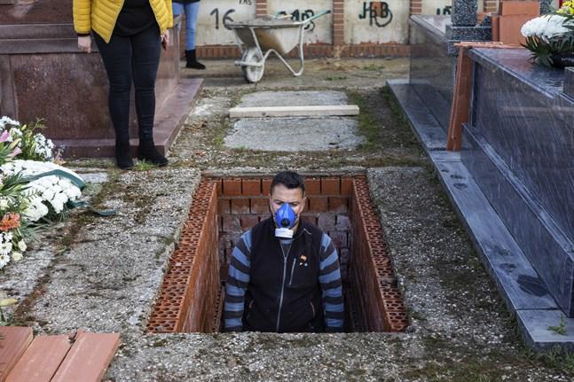 En grav förbereds i Zarza de Tajo för en 86-årig kvinna som avlidit i covid-19.