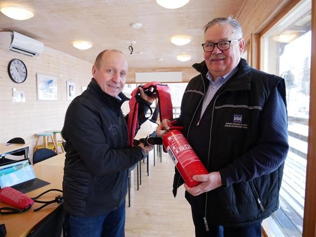 Kim Byholm, kommodor, och Peter Remahl, vicekommodor, i Vasa motorbåtsklubb har i många år lärt ut sjövett till både yngre och äldre båtintresserade.
