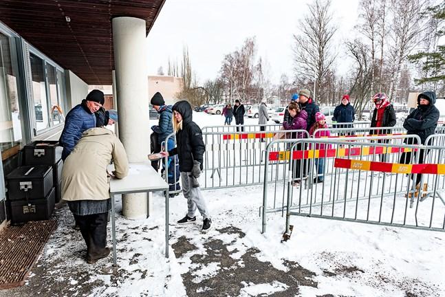 Så här såg det ut vid Rådmans i Jakobstad då stadens matutdelning drog i gång i början av april.