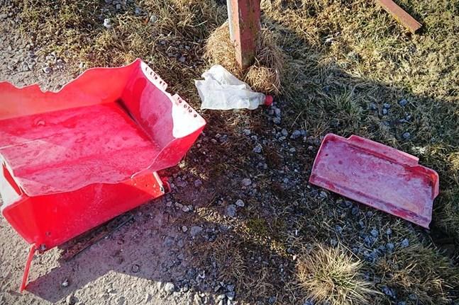 Den här postlådan i Petalax blev förstörd, sannolikt sprängd, för två veckor sedan. Intill hittades rester av en platsflaska.