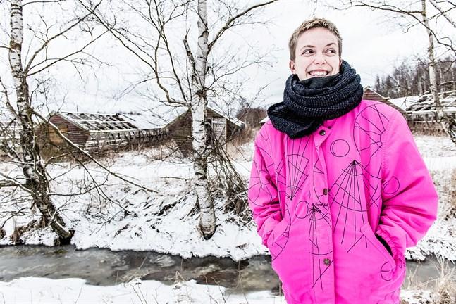 Regnbågsankans nya verksamhetsledare Lina Bonde växte upp i Nykarleby och har lekt en del på farmer som barn. Nu bor hon tillfälligt i staden igen.