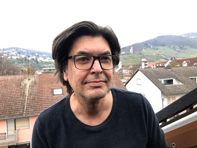 Mika Lindén från Vasa i sin nuvarande bostad i Schriesheim utanför Heidelberg. Bilden är tagen när han står i takfönstret.