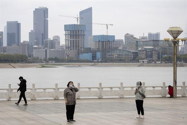 Invånarna i Wuhan iakttar social distansering. Bild från 1 april.