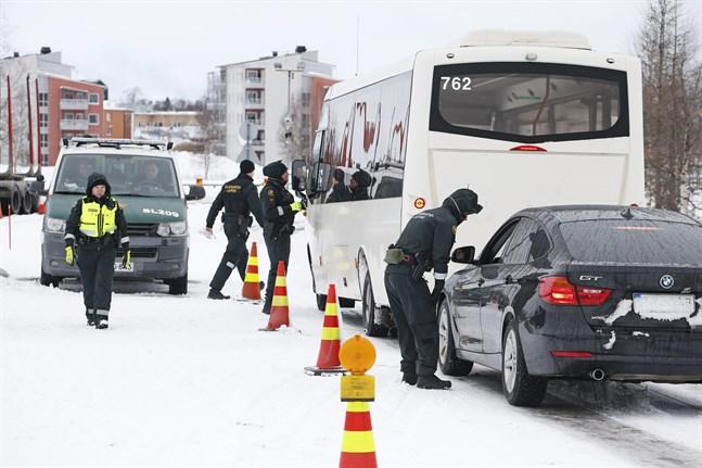 Finländska gränsbevakare granskar passersedlar vid gränsövergången mellan tvillingstäderna Torneå och Haparanda.