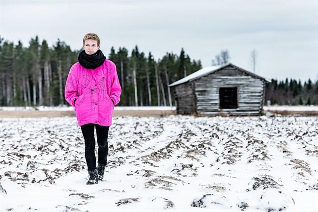 Lina Bonde är född 1990 och genusvetare. Hon är ursprungligen från Nykarleby men numera bosatt i Berlin.