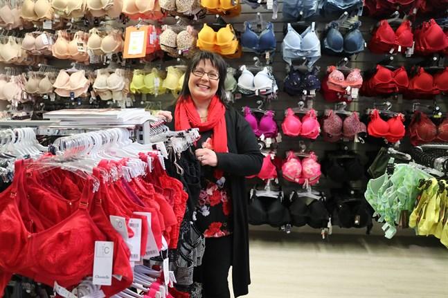 Carola Jokihaara på Caroline´s Underkläder vet att folk kommer att behöva bh:n också efter att coronakrisen är slut.