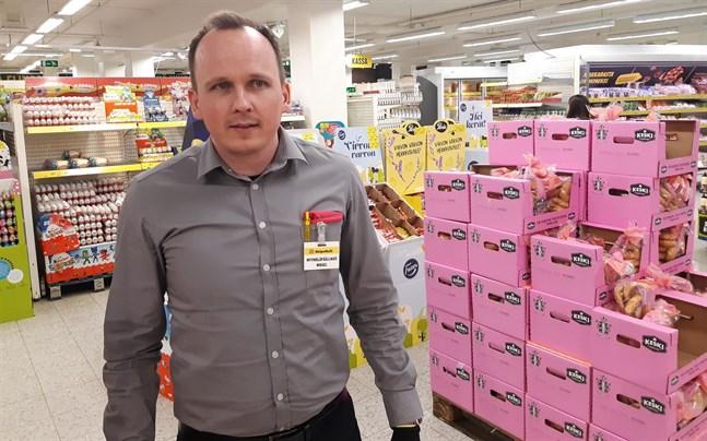 Mikael Byggmästar är butikschef för Halpa-Halli i Jakobstad. Även han kommer att vara permitterad en vecka.