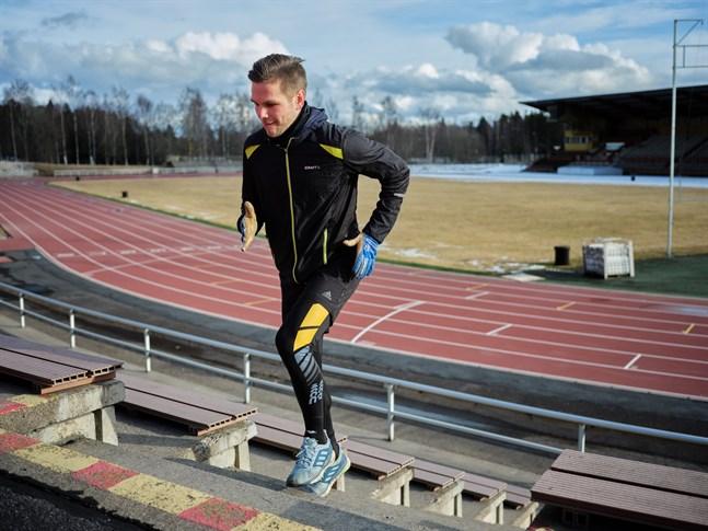 Sebastian Strandvall tränar på egen hand under coronapandemin.