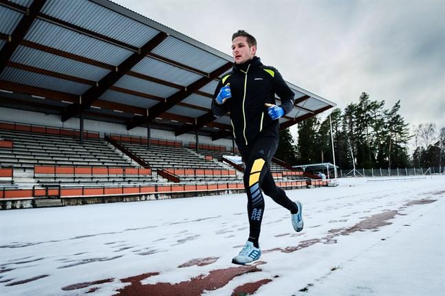Sebastian Strandvall tränar på egen hand i coronatider. I det här träningspasset är det hopp, intervaller och löpning på agendan.