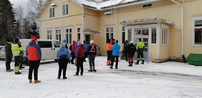 Frivilliga samlades vid Rödsö skola på fredag morgon för att hjälpa till med letandet.
