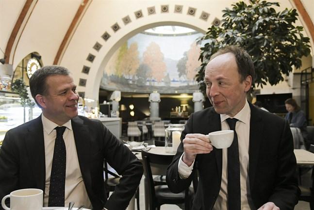 Samlingspartiets ordförande Petteri Orpo (till vänster) och Sannfinländarnas ordförande Jussi Halla-aho kräver att statsminister Sanna Marin (SDP) överger det nuvarande regeringsprogrammet på grund av coronakrisen.