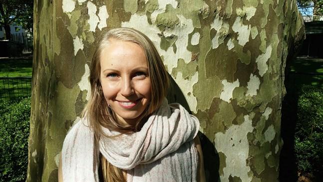 För Kristiina Peltoniemi som bor i Nederländerna har coronaepidemin bland annat inneburit att hon inte kan jobba som yogalärare.