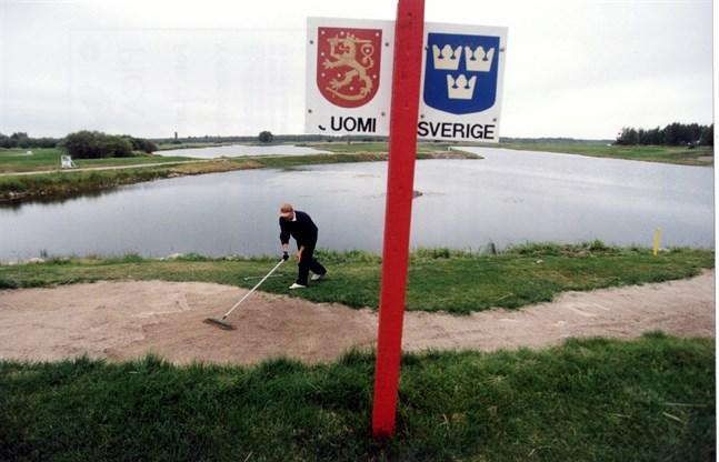 Många korsar dagligen den svensk-finska gränsen för att arbeta. Arkivbild.