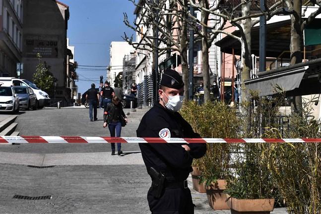 En fransk polis vid en avspärrning i Romans-sur-Isère.
