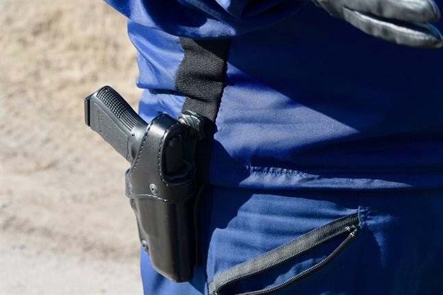 Polisen fortsätter spaningarna av två män som misstänks för mordförsök i Kymmenedalen på lördagen.