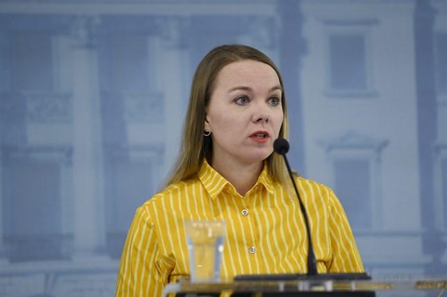 Finansminister Katri Kulmuni (C) varnar för att den finska statens skuld ökar i ett snabbt tempo just nu på grund av coronakrisen.
