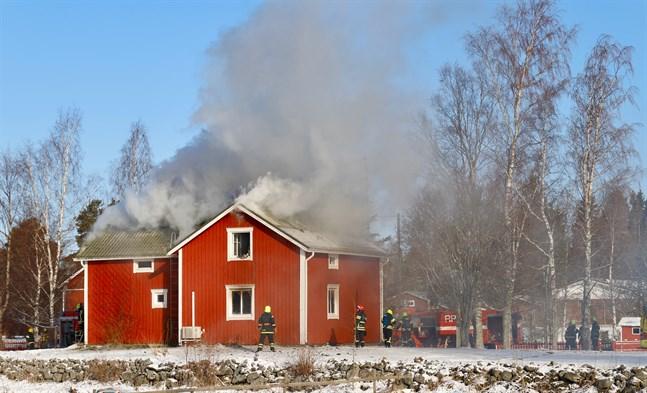 Det brann i taket på huset på Bråddsidted i Björköby när klockan var 9.30 på lördagsmorgonen.
