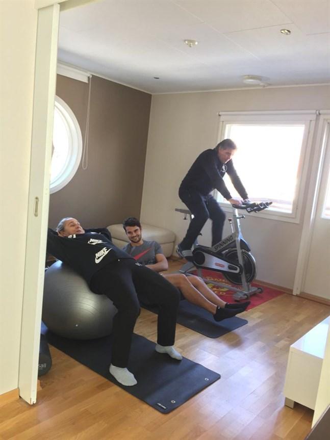 Det blir träning i hemmakarantän i Jakobstad de närmaste två veckorna för Nelia, Sergei och Alexei Eremenko.