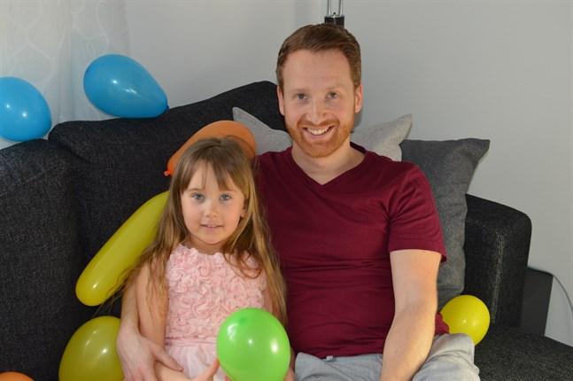 Sandra tillsammans med pappa Kalle i samband med barnkalaset.