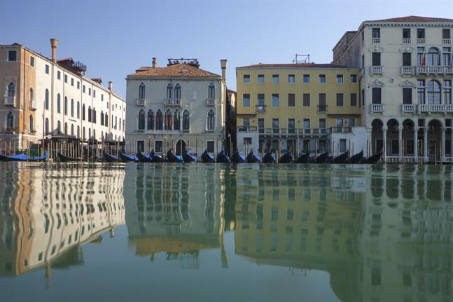 Tomma gondoler i Venedig i Italien.