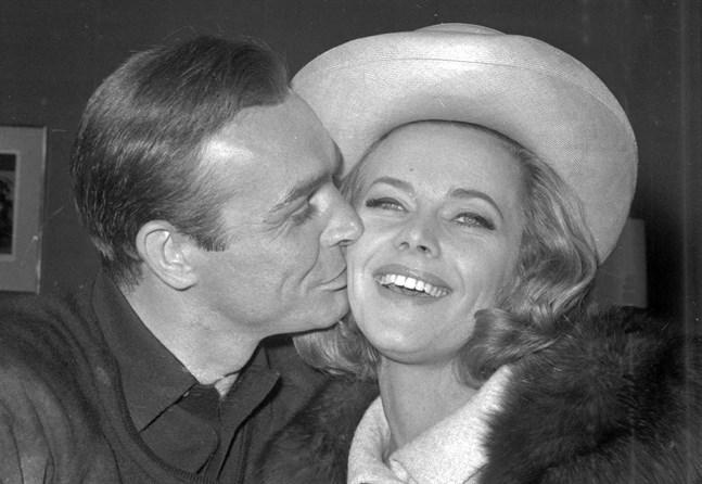 """Honor Blackman får en puss av Sean Connery, som spelade mot henne i """"Goldfinger"""". Arkivbild."""