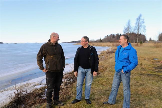 Mikael Hägglund, Johan Häggblom och Dan Norrgård är aktiva i projektet med att förnya Fjärdsändan i Oravais.