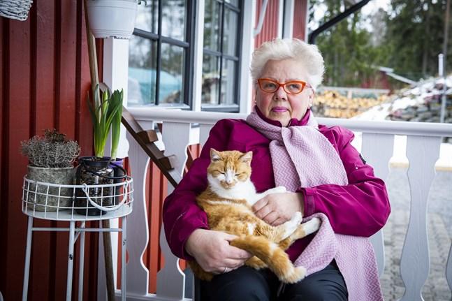 Solveig Franssi har mött flera generationer Vasabor i sin skönhetssalong som hon nu stängt efter 42 år. Nu blir hon pensionär och 14-åriga katten Pimu får sitta i famnen så ofta hon vill.