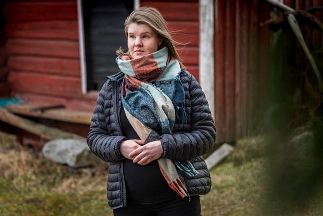 Sara Strand lider av förlossningsrädsla och tycker det känns otryggt att sambon kommer att få vara med enbart inne i förlossningssalen.