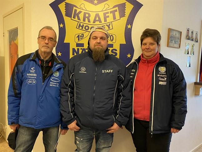 Peetu Koponen, i mitten, är Krafts nya tränare. Till vänster Erik Sund som ingår i föreningens sportgrupp och till höger Krafts ordförande Johanna Smith.