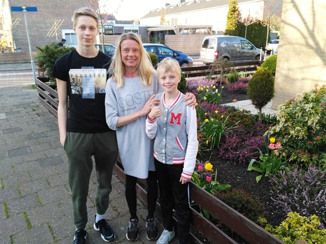 Annica tillsammans med sönerna Joel och Luca.