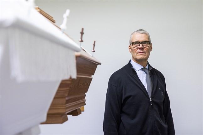 I Malax kan en begravning kosta alltmellan 800 och 8 000 euro, säger Jan-Ole Österroos, som har drivit begravningsbyrå i 34 år.