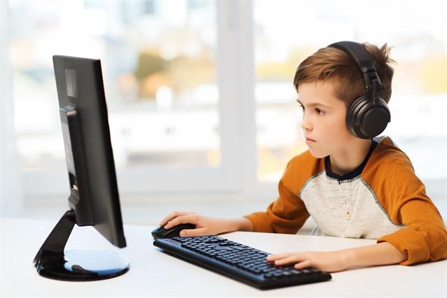Många elever saknar den struktur som en i lektioner indelad skoldag ger. Hem och Skola vill därför att alla lärare närvarar eller är digitalt tillgängliga under en pågående lektion.