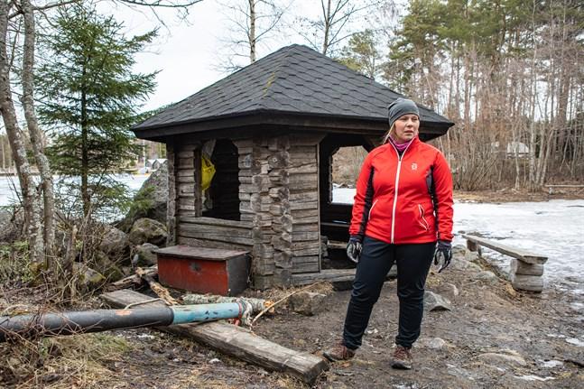 Linda Boberg-Santala förundrar sig över att folk förväntar sig att andra ska städa upp vid rastplatserna. Här vid Gäddvikens simstrand är det ofta skräpigt, trots att en soptunna finns några meter bort.