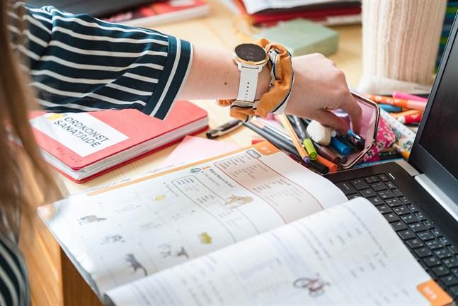 Nu går rektorer, lärare och elever i väntans tider. Blir det distansundervisning för äldre elever från måndag eller inte? Regeringens rekommendation är tydlig, men beslutet fattas regionalt.