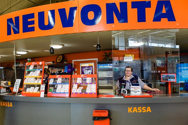 Sanna Kero som är servicechef på Minimani i Karleby hoppas att kunderna undviker att handla då trängseln är som värst på torsdag.