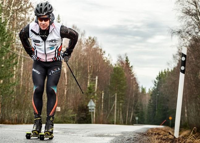 En timme av 850. I tisdags på kvällen blev det en tur på rullskidor till Ådö fiskehamn. På fredagar kör Hans Mäenpää alltid två träningspass. En överlång arbetsdag i början av veckan, den så kallade långmåndagen från klockan 6 till 21, gör att han kan freda fredagarna för träning.