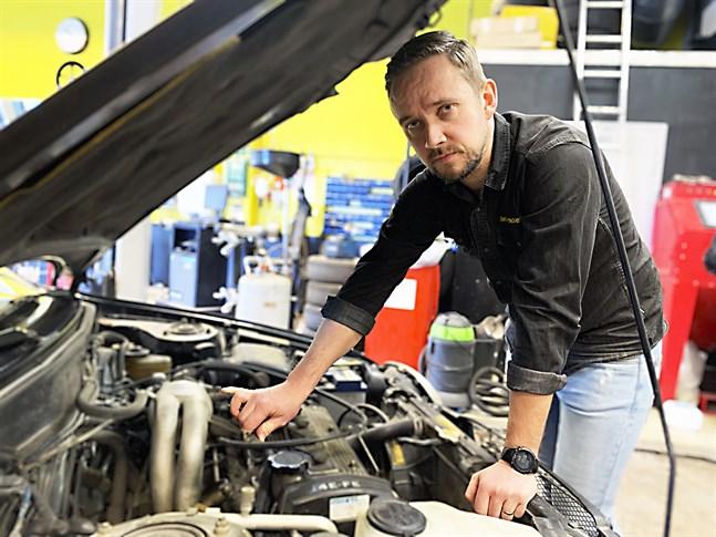 Verkstadschef Markus Savela berättar att de kunder som hittills konverterat sina bilar har varit nöjda.