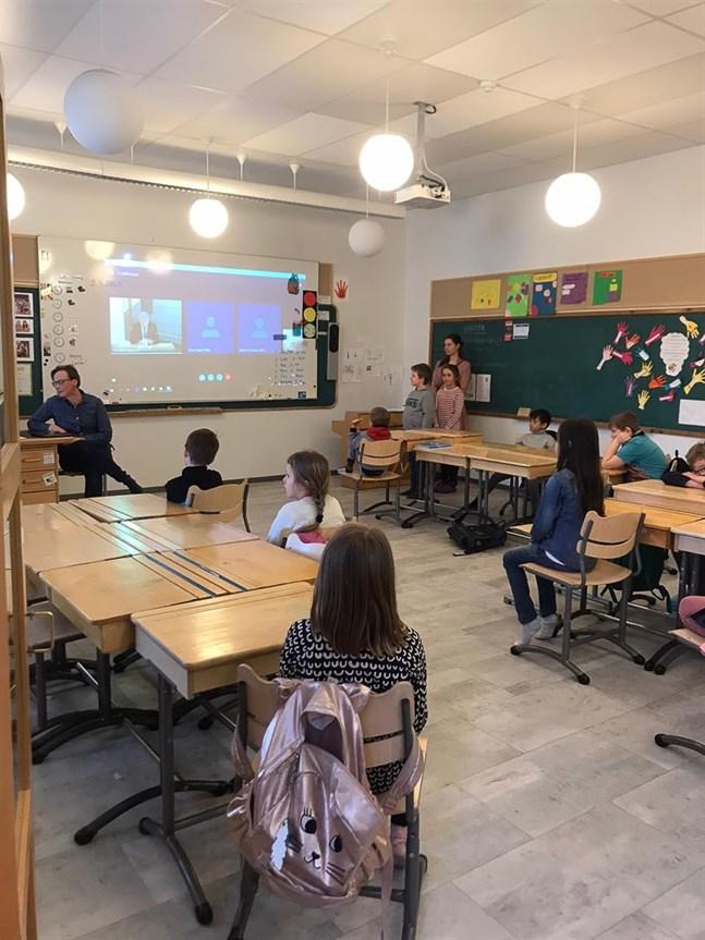 Finnish President Sauli Niinistö made a surprise video call to children in a classroom in Vantaa.