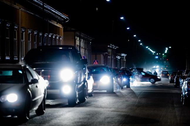 Under veckoslut och nätter tar sig en del österbottniska bilister sig friheter på vägarna – farliga sådana.