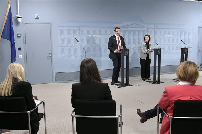 Ministrarna Maria Ohisalo, Sanna Marin och Anna-Maja Henriksson lyssnar till Mika Salminen från THL och Liisa-Maria Voipio-Pulkki från social- och hälsovårdsministeriet.