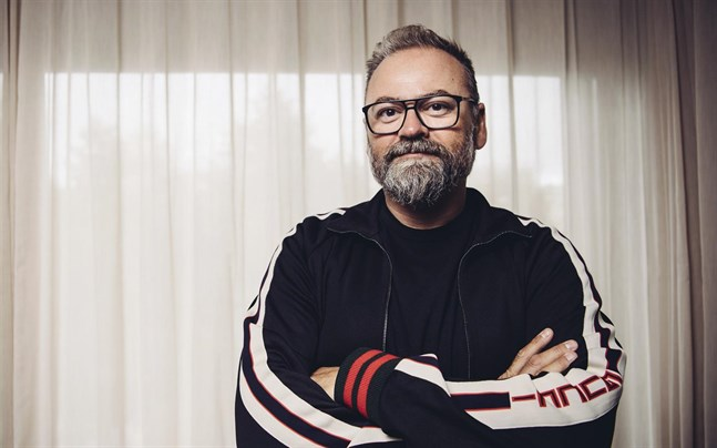 Programledaren Adam Alsing gick bort till följd av covid-19 i april i år.