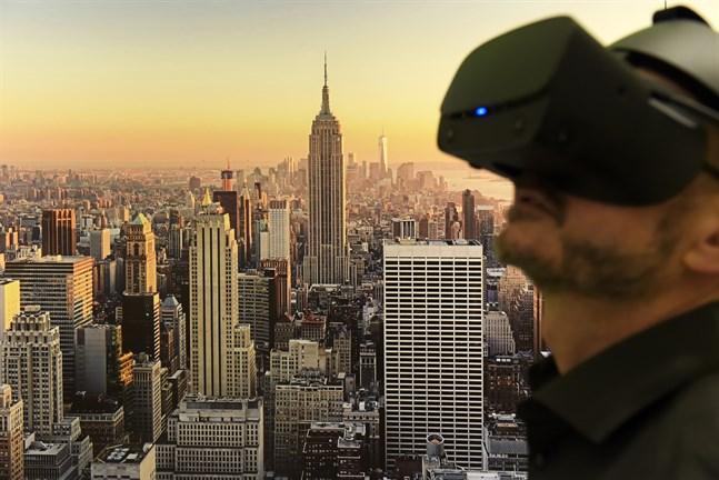 Med VR-glasögon kan man uppleva mycket av världen från soffan där hemma.