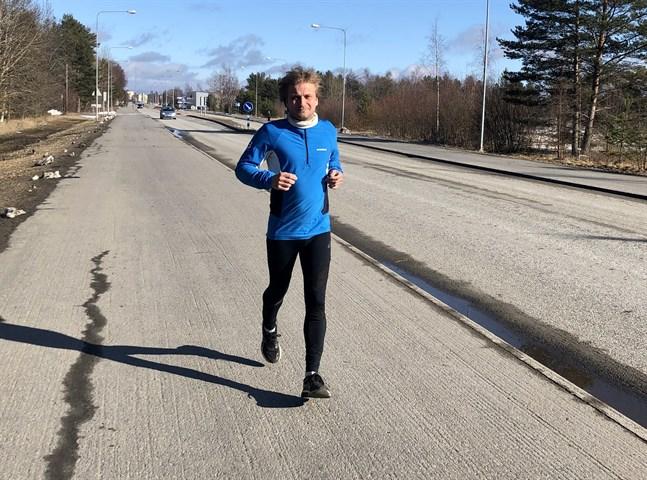 Ett normalt år springer Jan Lågland cirka 4000 kilometer. Nu har han lättat på träningsantalet eftersom det finns inga säkra tävlingar inprickade i kalendern.