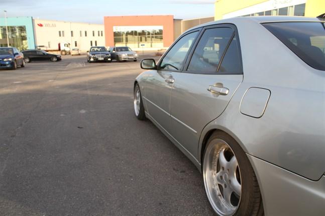 Flera bilar samlades på parkeringen utanför Kvadratens serviceenhet i Stenhaga på fredagen.