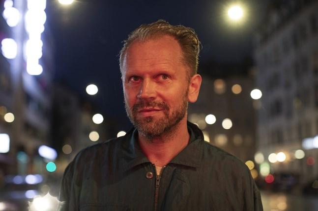 """En majkväll 2017 stöter författaren Stefan Lindberg ihop med Mathias Splendor Johansson på en uteservering i Stockholm. Han har ett förflutet i en sekt. Det är upptakten i nya romanen """"Splendor""""."""